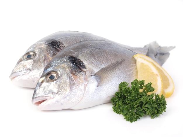 Dorado-vissen met peterselie en citroen