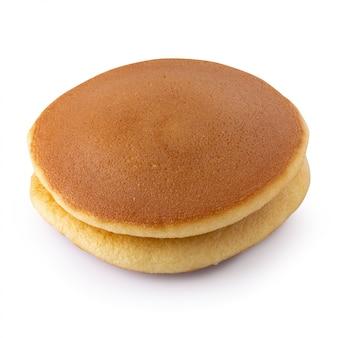 Dorayaki is japanse die pannekoeken op witte achtergrond worden geïsoleerd.