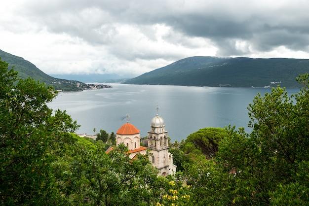 Dormition kerk van savina orthodox klooster in de kustplaats herceg novi bij de ingang van de baai van kotor in montenegro.