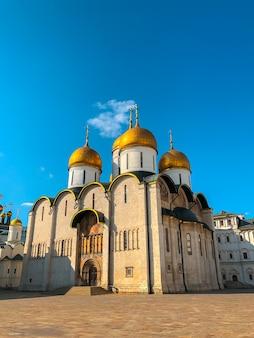 Dormition of assumption cathedral op het kathedraalplein van het kremlin van moskou.