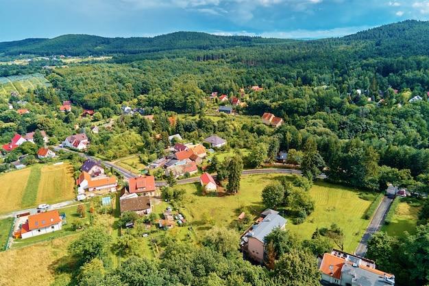 Dorp in bergen met bos luchtfoto berglandschap