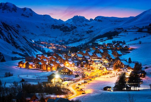 Dorp in besneeuwde landschap in alpen