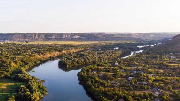 Dorp met orthodoxe kerk, rivier die in twee delen splitst