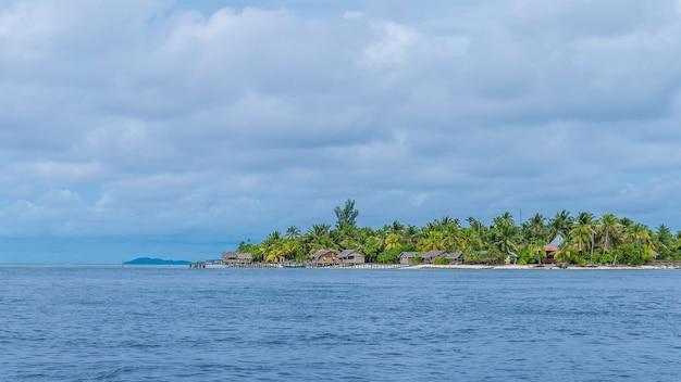 Dorp op arborek island, raja ampat, west papoea, indonesië