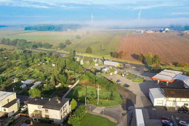 Dorp vanaf een hoogte, blauwe lucht en kleine particuliere huizen, polen