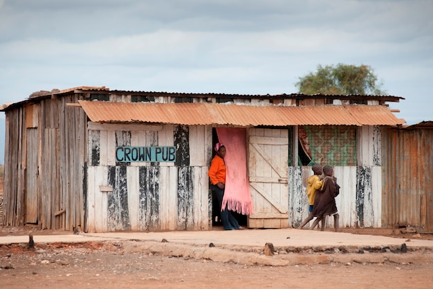 Dorpelingen in pub in kenia
