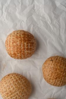 Dorpsbrood rond brood broodvitrine bakkerij