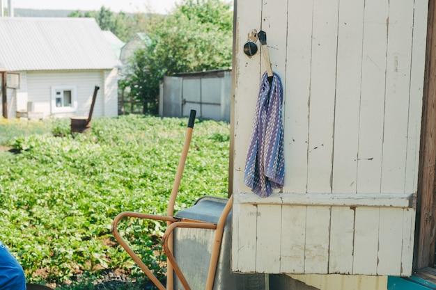 Dorpsleven in de tuin. een handdoek aan de deur, buiten. landhuis, huisboerderij, huisje, huisje met een open deur in rusland,
