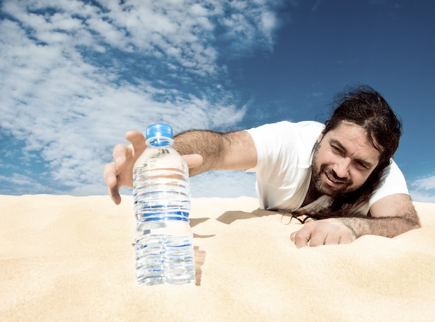 Dorstige man die naar een fles water reikt