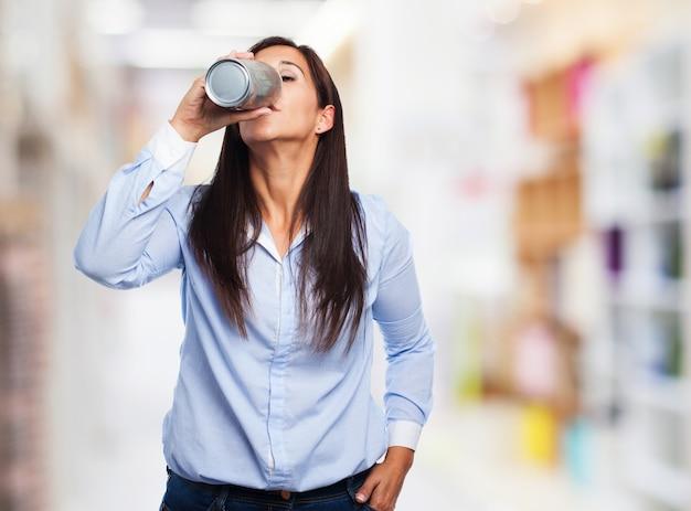 Dorstige vrouw het drinken van een frisdrank