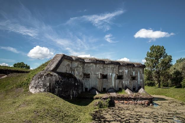 Dot vestingwerken gemaakt van beton uit de tweede wereldoorlog