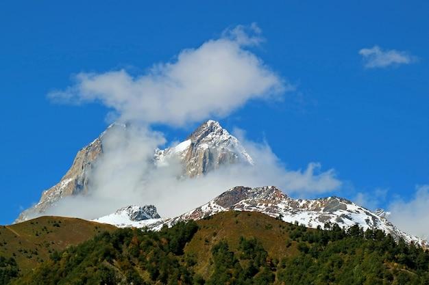 Double summit of mount ushba, een van de meest opvallende toppen van de greater caucasus range