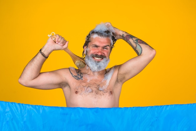 Douche bebaarde man in douche lichaamsborstel haarverzorging lichaam wassen bebaarde man douchen haarverzorging