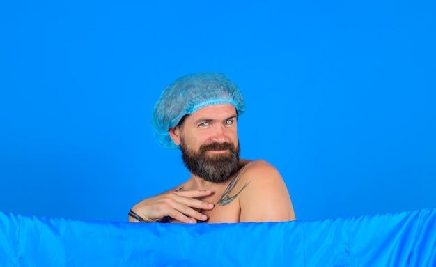 Douche nemen sexy bebaarde man onder de douche lichaam wassen bebaarde man douchen spa