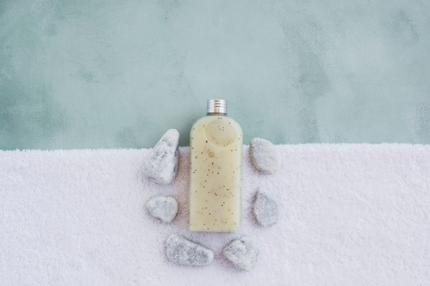 Douchegel op handdoek met rotsen