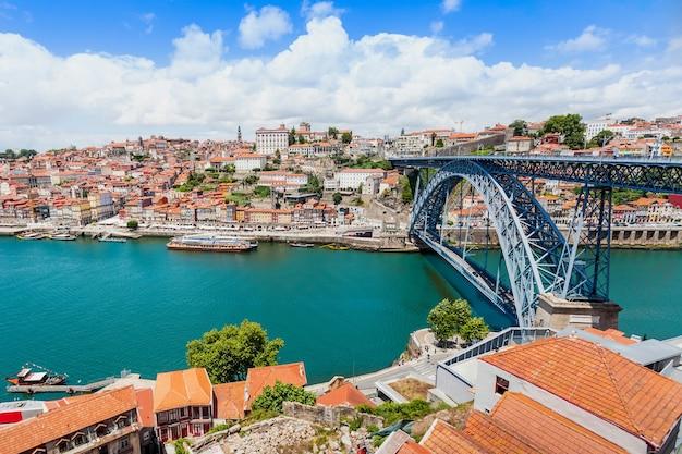 Douro rivier en traditionele boten in porto, portugal