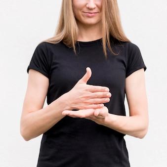 Dove vrouw die door gebarentaal communiceert