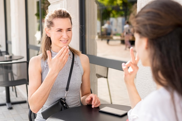 Dove vrouwen communiceren via gebarentaal