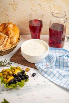 Dovga, yayla, blanke soep gemaakt van yoghurt en geserveerd met olijven