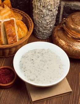 Dovga, yayla, blanke soep gemaakt van yoghurt