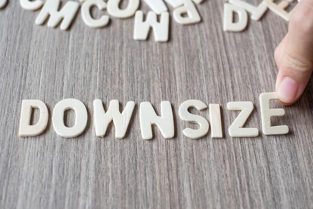 Downsize woord van houten alfabetbrieven. bedrijf en idee concept