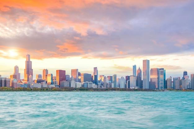 Downtown chicago skyline bij zonsondergang in illinois, usa