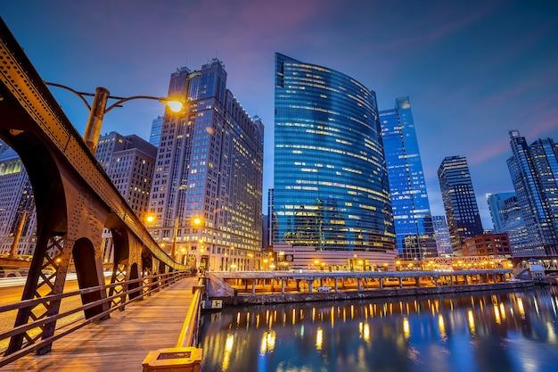 Downtown chicago skyline stadsgezicht in de verenigde staten van amerika bij zonsondergang