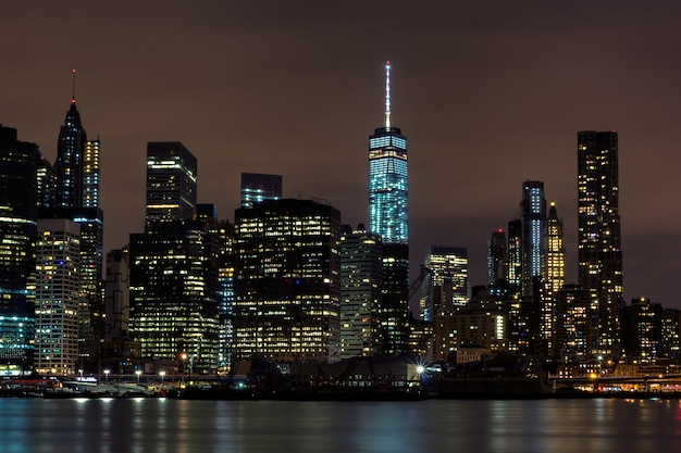 Downtown manhattan nacht uitzicht vanaf brooklyn bridge park