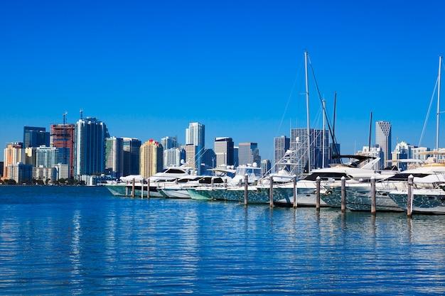 Downtown miami met blauwe hemel, florida