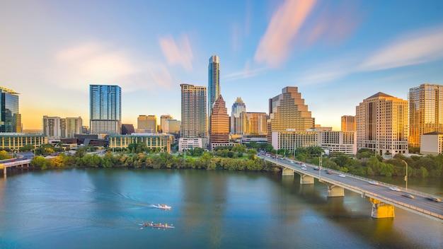 Downtown skyline van austin, texas in de vs vanaf bovenaanzicht bij zonsondergang