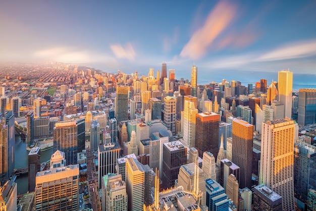 Downtown skyline van chicago vanaf bovenaanzicht in de vs bij zonsondergang