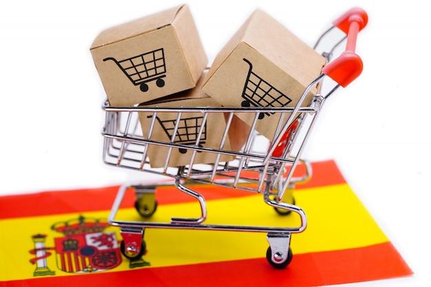 Dozen in boodschappenwagentjestuk speelgoed over spaanse vlag