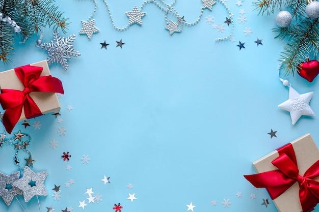 Dozen met geschenken en kerstversiering op blauwe ondergrond