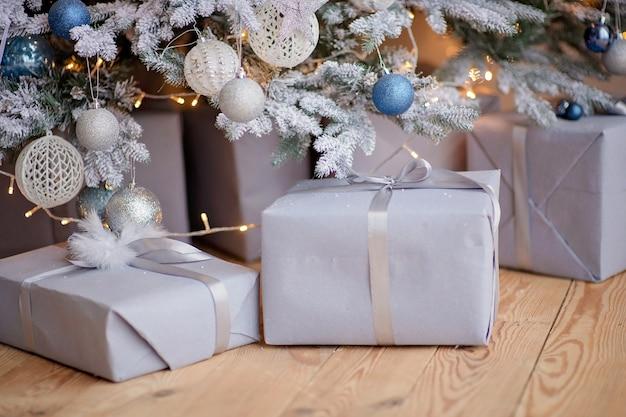 Dozen met geschenken onder de kerstboom