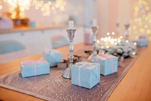 Dozen met geschenken op versierde kersttafel