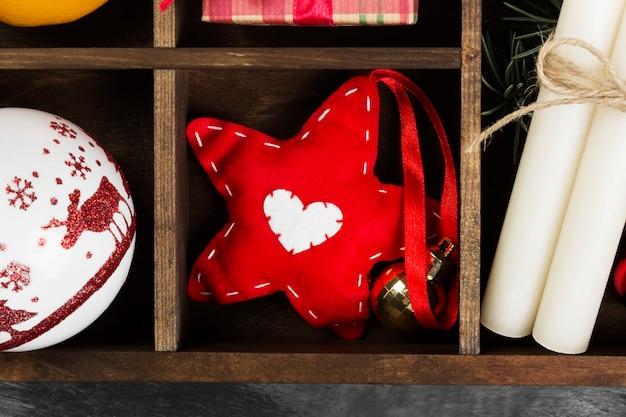 Dozen met geschenken voor kerstmis en verschillende attributen van vakantie op een donkere ondergrond. bovenaanzicht