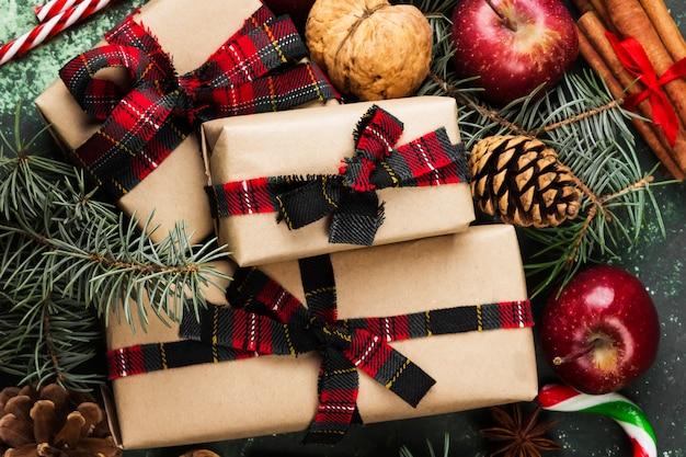 Dozen met geschenken voor kerstmis en verschillende attributen van vakantie op een groene ondergrond. bovenaanzicht