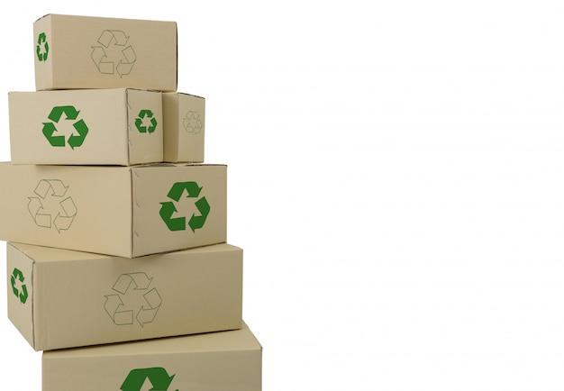 Dozen met kringloopteken in verschillende grootte gestapelde dozen die op wit worden geïsoleerd