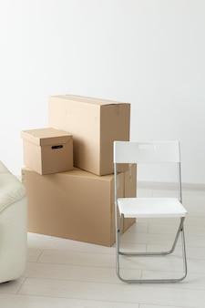 Dozen met spullen tijdens de verhuizing van bewoners naar een nieuw appartement. het concept van huis kopen en