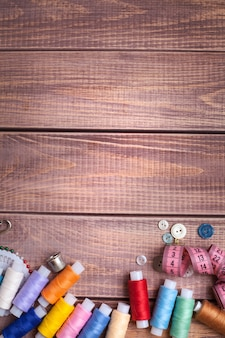 Draad en naaien op houten planken