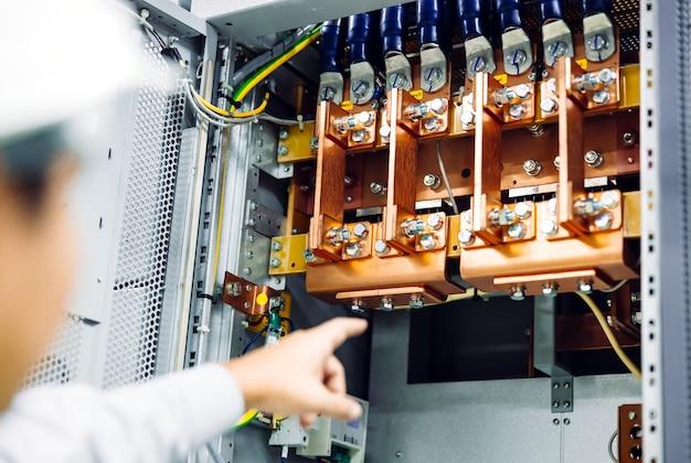 Draadkabel monteren of verbinden met koperen busbar in elektrische stroomkast voor levering van elektrisch hoog vermogen aan productielijn of machine in industrieel productieproces
