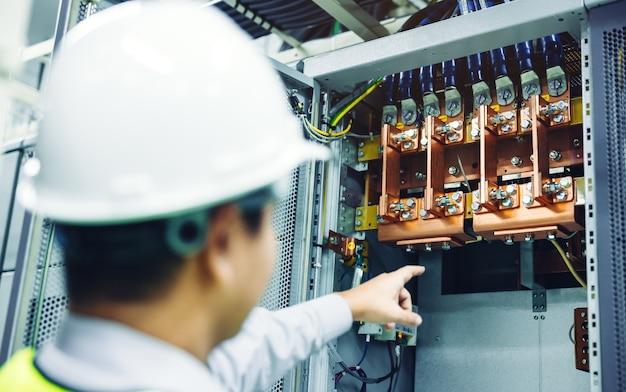 Draadkabel monteren of verbinden met koperen busbar in elektrische stroomkast voor levering van elektrisch hoog vermogen aan productielijn of machine in industrieel productieproces Premium Foto