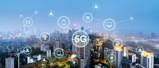 Draadloos communicatienetwerk concept. panorama van de moderne stad