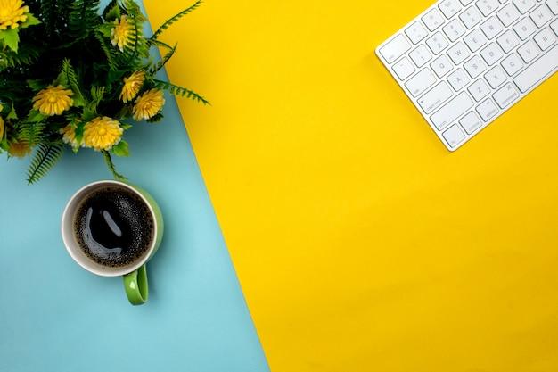 Draadloos toetsenbord en kopje koffie op de tafel