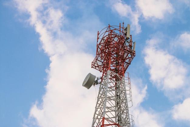 Draadloze communicatie antennezender. telecommunicatietoren met antennes op blauwe hemelachtergrond.