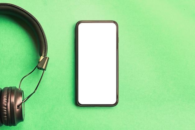 Draadloze hoofdtelefoons voor muziek geïsoleerd geluid en frameloze smartphone