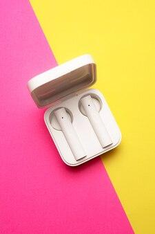 Draadloze koptelefoon op een roze achtergrond