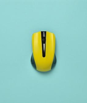 Draadloze muis geïsoleerd op een blauwe pastel achtergrond. bovenaanzicht, minimalistische trend