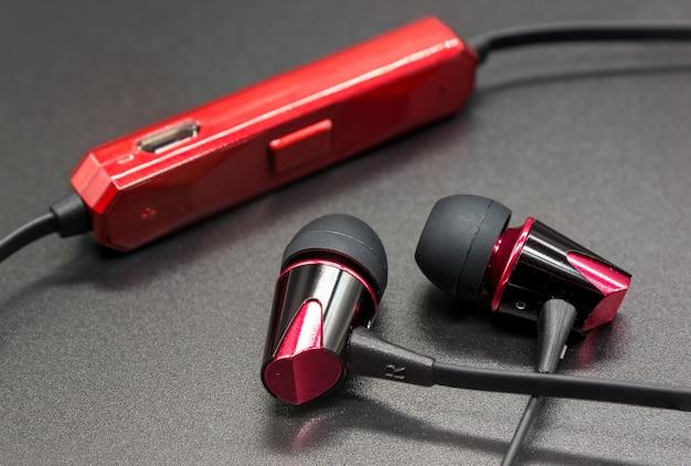 Draadloze oortelefoons op zwarte achtergrond