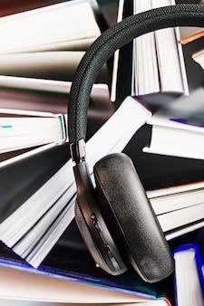 Draadloze overhead zwarte koptelefoons liggen in de boeken